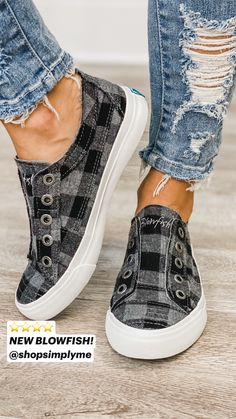 Dr Shoes, Women's Slip On Shoes, Fancy Shoes, Hype Shoes, Slip On Sneakers, Me Too Shoes, Sneakers Nike, Cath Kidston, Visual Merchandising