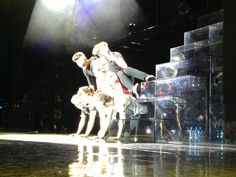 The boys and Dan built a pyramid at last nights concert. Lol Niall looks squished
