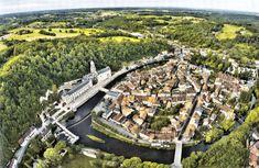 Etablie au pied d'une falaise, la petite cité de Brantôme, surnommée la « Venise du Périgord », est tout entière enlacée par la Dronne.