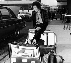 Hendrix in London, on his way to the Isle of Wight Pop Festival. Rare Images, Rare Photos, Vintage Photos, Iconic Photos, Funny Photos, Donald Sutherland, Jimi Hendrix Experience, Pink Floyd Dark Side, Kennedy Jr