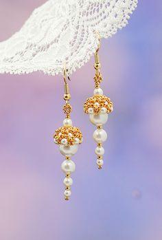 Goldohrringe. Hochzeitsohrringe. Brautschmucksachen. Weiße Perlenohrringe. Auf Mode Schmucksachen. Handgefertigte Schmucksachen. Ohrringe von Beadwork. Ohrringe von Swarovski. Samen versieht...