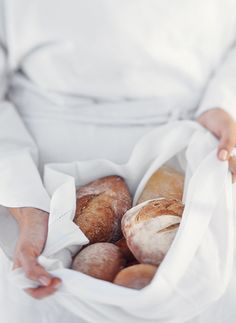 8. Assar o pão     Do cheiro de pão no forno emana a promessa de um belo dia pela frente. Água, farinha, sal e fermento. Nenhum alimento é mais simples.