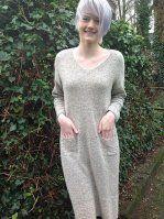 Модное вязаное платье спицами без швов