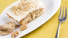 Kuru incirli, cevizli keki üzerinde damla sakızlı muhallebi ile servis edilen damla sakızlı muhallebili incir tatlısı tarifini çok seveceksiniz.