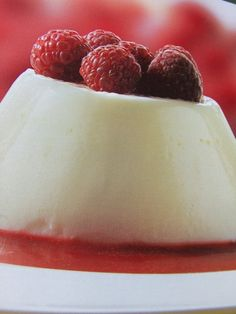 Flan blanco con frambuesas. Ver receta: http://www.mis-recetas.org/recetas/show/36162-flan-blanco-con-frambuesas