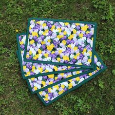 #bernina #individuais #flores #iridaceae #personalizar #placemates #flowers #crocus #personalized Picnic Blanket, Outdoor Blanket, Pot Holders, Handmade, Crafts, Flowers, Hand Made, Manualidades, Hot Pads