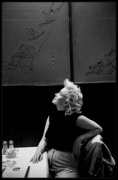 """Mars 1955 / Marilyn dans sa suite à """"l'Ambassador Hotel"""" lisant la presse ou se délassant au """"Costello's restaurant"""" à Manhattan sous l'objectif d'Ed FEINGERSH."""