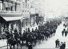 1913 Hofdijk ,slepersstaking , de huzaren helpen de Politie .