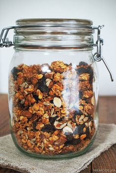 Idealne śniadanie, czyli granola jabłkowo-cynamonowa. Homemade granola with applesauce and cinnamon Granola, Mason Jars, Muesli, Mason Jar, Jars