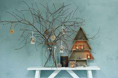 Geen plek voor een grote kerstboom? Gebruik dan dit houten exemplaar. Combineer met wat leuke hangers in takken, zet wat sfeerlichtjes neer en je huis is toch kerstproof! #kerst #winter