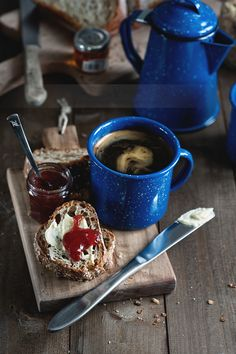 #Café en taza de peltre con pan, mantequilla y mermelada!
