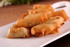 Do you like Spring Rolls? Or have you ever wondered how to make this cute little thing? Today we have Benjamin sharing his story with Chinese Spring Rolls and his amazing infographic illus… Homemade Spring Rolls, Pork Spring Rolls, Chicken Spring Rolls, Appetizer Dishes, Appetizer Recipes, Appetizers, Cha Gio Chay Recipe, Recipes With Oyster Sauce, Chinese Spring Rolls