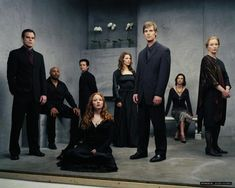 Peter Krause (Nate Fisher),  Michael C. Hall (David Fisher),  Lauren Ambrose (Claire Fisher),  Frances Conroy (Ruth Fisher),  Freddy Rodríguez (Federico Diaz),  Rachel Griffiths (Brenda Chenowith),  Mathew St. Patrick (Officer Keith Charles), James Cromwell (George Sibley), Jeremy Sisto (Billy Chenowith) & Justina Machado (Vanessa Diaz) - Six Feet Under