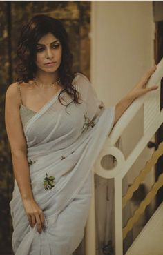 Modern Saree Styles We've watched an Indian movie even once in our lives and we've all been charmed with these colorful traditional outfits, saree styles. Sari Dress, Saree Blouse, Modern Saree, Saree Photoshoot, Saree Trends, Stylish Sarees, Elegant Saree, Saree Look, Indian Wedding Outfits