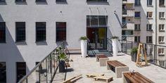 """Centrum Rozwoju Zawodowego """"Krzywy Komin"""" położone jest zrewitalizowanym budynku poprzemysłowym z 1888 roku (dawnej pralni i farbiarni), który znajduje się na podwórku przy ulicy Dubois 33-35a – w kwartale zabudowanym zabytkowymi kamienicami z XIX wieku w samym sercu wrocławskiego Nadodrza."""