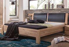 Das Bett »Ottawa« ist ein toller Hingucker in jedem Schlafzimmer. Gefertigt aus FSC®-zertifizierter, teilmassiver Asteiche geölt und gewachst (Front massiv, Korpus außen furniert, innen foliert). Hochwertig verarbeitet. Das Kopfteil ist bequem gepolstert, mit schwarzem Kunstlederbezug. Das Kopfteil ist leicht geschwungen und das Fußteil hat abgerundete Kanten. Dies sorgt für eine besondere Opt...