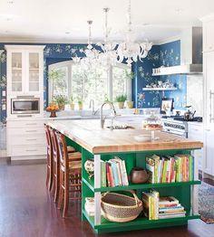 cocina blanca, con pared en papel azul y flores, e isla en verde