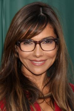 Nicely balanced impression, where the lower edge of the glasses repeats the lower edge of the face, with colour repeats between hair and eyes and frames, and great colour as apparel. Dark Hair Bangs, Dark Hair Makeup, Vanessa Marcil, People With Glasses, Girls With Glasses, Donna Mills, Eyewear Trends, Dark Autumn, Cool Glasses