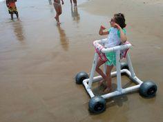 Para ayudar a los niños con movilidad reducida jugar en la playa! Se ha creado un andador que le ayudará en su movilidad para que los ni...