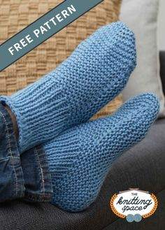 Knitted Slipper Socks [FREE Knitting Pattern] Create a pair of these warm and cozy knitted slipper ankle socks perfect for lounging around the house. This easy knitting pattern is ideal for beginner knitters. Knitted Socks Free Pattern, Knitting Socks, Free Knitting, Baby Knitting, Knit Socks, Knit Slippers Pattern, Simple Knitting, Knitting Machine, Vintage Knitting