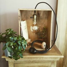 Lampe dans une caisse de vin en bois, style vintage avec lumière à incandescence.