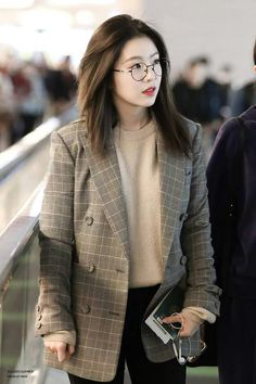 Are One Idols// Irene is so beautiful with her casual yet business appropriate airport fashion. Korean Airport Fashion, Korean Fashion Trends, Asian Fashion, Red Velvet アイリーン, Red Velvet Irene, Ulzzang Fashion, Kpop Fashion, Fashion Outfits, Fasion