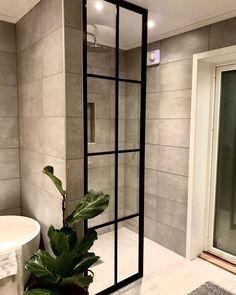 """e m e l i e on Instagram: """"Duschväggen är uppe! En måttbeställd industriglasvägg från @sibergdesign ✨ Det nya badrummet fick ett helt nytt utseende! 😍 Vad härligt det…"""" Oversized Mirror, Divider, Room, Furniture, Instagram, Home Decor, Bedroom, Rooms, Interior Design"""