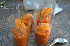 Verrine de velouté de carotte à l'orange Maigrir 2000 : Ce velouté se déguste chaud ou froid en verrines à l'apéritif. Ingrédients : 200 g de carottes, 3 oranges, 2 échalotes, 1 c. à s. de jus de citron (facultatif), 2 pincées de coriandre en poudre, 1 gousse d'ail écrasée, 1/2 c. à s. d'huile d'olive, 1 c. à s. de crème fraîche, 2 c. à c. de feuilles de menthe ciselée, sel, poivre.