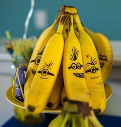 Banana Minions -- this would encourage kids to eat healthy! Despicable Me Party, Minion Party, Cake Minion, School Treats, School Snacks, Minion Banana, Banana Quotes, Banana Song, Healthy Kid Snacks