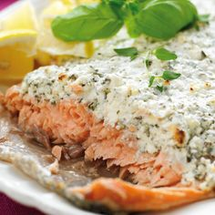 Ugnsbakad lax under ett täcke av yoghurt, fetaost och örtkryddor. Salmon Recipes, Fish Recipes, Great Recipes, Dinner Recipes, Healthy Recipes, Happy Foods, Food Inspiration, Love Food, The Best
