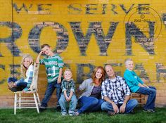 Family Picture Ideas - turquoise, green and gray color combinations Group Photo Poses, Family Picture Poses, Poses For Pictures, Family Posing, Family Pictures, Family Portraits, Picture Ideas, Photo Ideas, Photo Tips