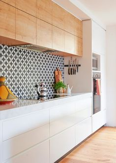 This vibrant timber kitchen is the perfect combination of function and style Kitchen Room Design, Modern Kitchen Design, Home Decor Kitchen, Interior Design Kitchen, New Kitchen, Home Kitchens, Timber Kitchen, Kitchen Flooring, Kitchen Worktop