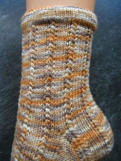 Knitting Patterns Slippers … I'm using this time for 'a touch of nothing', I think that's the spring magic … Knitting Socks, Baby Knitting, Knitted Hats, Knit Socks, Patterned Socks, Sock Yarn, Hand Dyed Yarn, Womens Slippers, Crochet Stitches