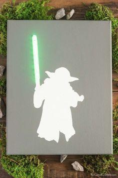 DIY (Do It Yourself! - Faça você mesmo) Pra fazer esse quadro suminoso do Yoda você vai precisar de: Tela de Canvas pra pintura (você encontra em lojas de artesanato) Tinta acrílica verde (também rola na mesma loja da tela) Pincel Pisca-Pisca (sobrou do natal aí?) Fita Crepe Estilete