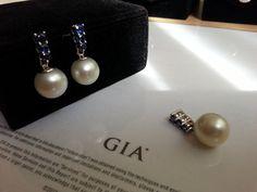 South Sea pearls (13.9,13.9 and 14mm) and blue sapphires set (earrings & pendant). Pearls GIA certified. Mounted in 18 K white gold. Set de perlas australianas  de 13,9 a 14 mm. (pendientes y colgante) con zafiros azules y montadas en oro blanco de 18K (perlas certificadas por el GIA)