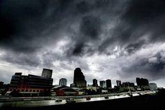 Las primeras nubes producidas por el huracán Matthew cubren downtown Orlando, Florida, el jueves 6 de octubre de 2016.