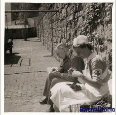 lovely picture of a Deutsches Rotes Kreuz helferin (German Red Cross nurse) knitting. Apparently the soldier is darning a sock!