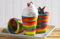 How fun are these rainbow candy cups? Great for an outdoor party!