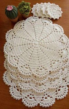 +20 Modelos de sousplat de crochê Free Crochet Doily Patterns, Crochet Placemats, Crochet Circles, Christmas Crochet Patterns, Crochet Art, Crochet Home, Thread Crochet, Crochet Motif, Crochet Designs