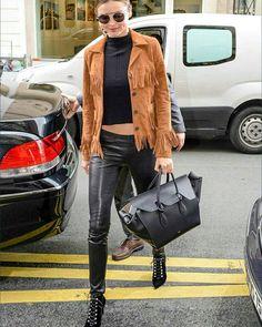 #MirandaKerr sokak tarzını #Celiné Tie Bag'i ile klasikleştiriyor. https://www.mosmoda.com.tr/product/celine-mini-tie-bag-ctg72461