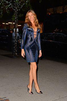 Gisele-Bundchen en Atelier Versace http://www.vogue.fr/mode/inspirations/diaporama/les-looks-du-mois-de-novembre-des-podiums-a-la-realite-1/16464/image/884676#!gisele-bundchen-en-atelier