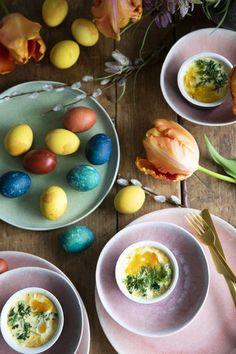 Kananmunan värjääminen onnistuu helposti ilman elintarvikevärejä. Luonnonväreillä värjäät kananmunat pääsiäisen kauneimmiksi koristeiksi. Easter Recipes, Eggs, Breakfast, Food, Morning Coffee, Essen, Egg, Meals, Yemek