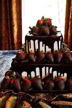 my future wedding cake... what more can a girl ask for? chocolate and strawberries and an elegant cake! i think YESS!