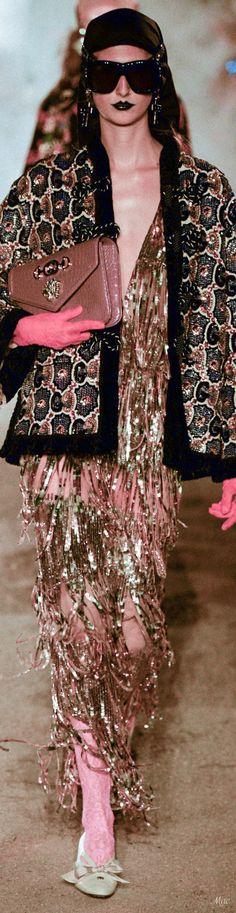 Resort 2019 Gucci Fashion Gal, Gucci Fashion, Couture Fashion, Fashion Looks, Womens Fashion, Gucci 2017, Guccio Gucci, Outfits Spring, Italian Fashion Designers