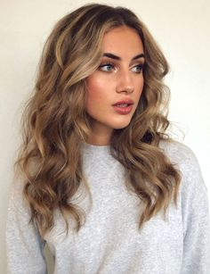 The hottest hair color trends for New ideas for hair colors - Haarfarben - cheveux Hot Hair Colors, Brown Hair Colors, Brown Blonde Hair, Light Brown Hair, Dark Brown, Brown Curls, Ombre Brown, Brown Balayage, Blonde Wig