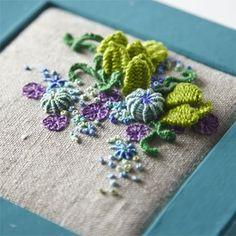 いろんな技法を使ったぷっくりとした刺繍が可愛らしいエスカ。色の組み合わせやモチーフなど、色々とアレンジしてみてください。