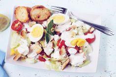 Salata Caesar cu dressing de iaurt este o salata perfecta de vara si inlocuieste cu succes un pranz sau o cina, avand legume, proteine si carbohidrati.