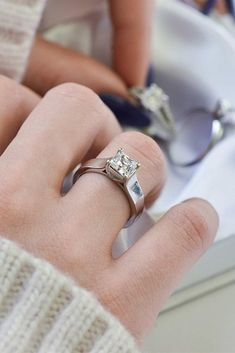 White gold engagement rings in any style are good for a proposal. Look at the best rings in white gold in our gallery and inspire for popping the question. Best Engagement Ring Designers, Gold Simple Engagement Ring, Engagement Ring Brands, Colored Engagement Rings, Popular Engagement Rings, Classic Engagement Rings, Princess Cut Engagement Rings, Engagement Ring Settings, Wedding Ring Styles