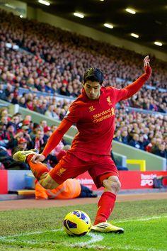 Suarez taking a corner for Liverpool | Liv 3 – Wig 0, EPL 17 Nov 2012