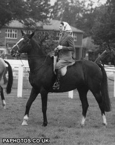 ♔ Her Majesty The Queen, riding on the track, waiting to take part in an unofficial race at Royal Ascot, in 1960 ♔